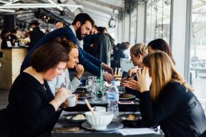 Yannick-Roudier-non-sans-raison-tasting-room-porcelaine-fooding